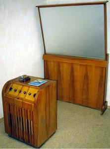 Проекційний телевізор з екраном