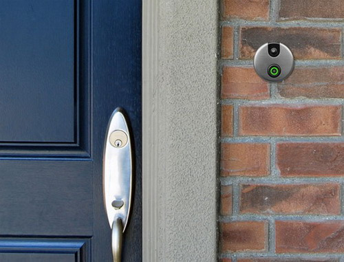 Двері зі шпигунською камерою
